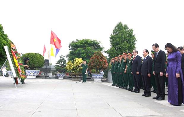 胡志明市领导向各位英雄烈士上香 hinh anh 2