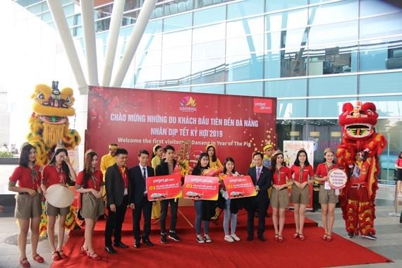 """己亥猪年大年初一:岘港市接待180名航空游客""""冲年喜"""" hinh anh 1"""