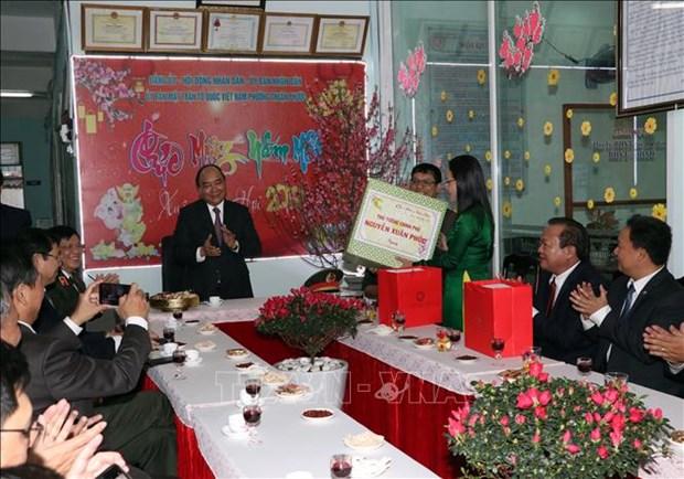 政府总理阮春福向岘港市武装力量及人民拜年 hinh anh 3