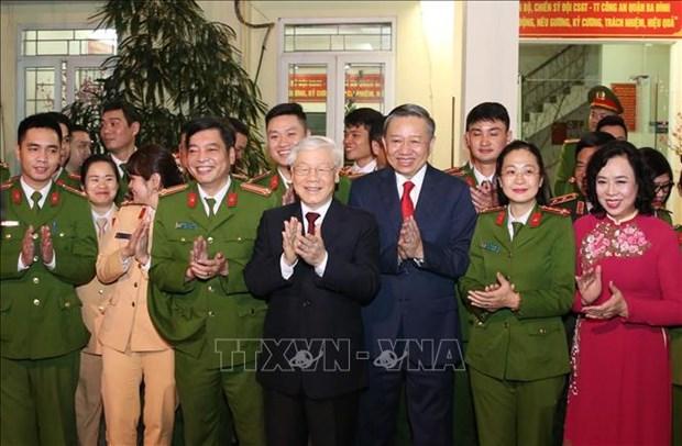 越共中央总书记、国家主席阮富仲向113警察部队和国家电力系统调度中心拜年 hinh anh 1