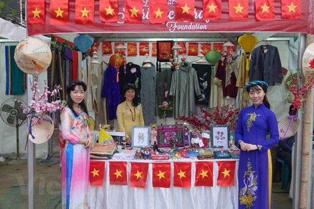 越南传统服装——奥黛亮相孟加拉国国际手工艺品展 hinh anh 1