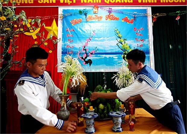 长沙岛县驻军战士和居民欢度温馨春节 hinh anh 2