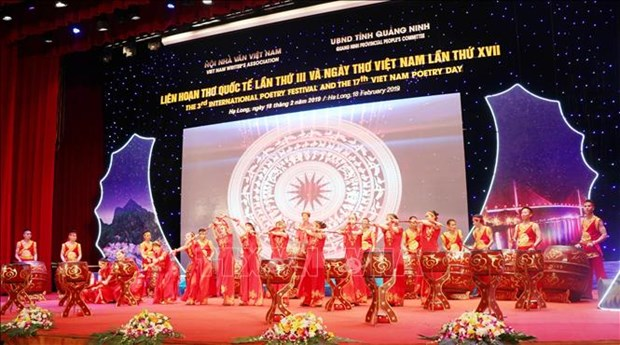 下龙国际诗歌晚会开幕 吸引世界近200名诗人和作家参加 hinh anh 1