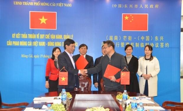 越中签署芒街-东兴浮桥运行管理机制临时协议 hinh anh 1
