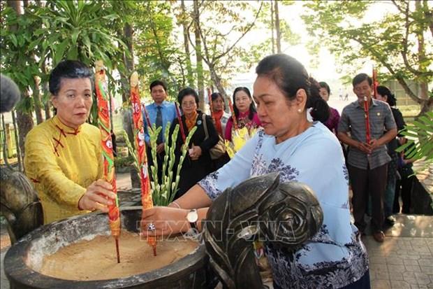 越南与柬埔寨妇女代表团上香缅怀遭波尔布特军杀害的无辜平民 hinh anh 2