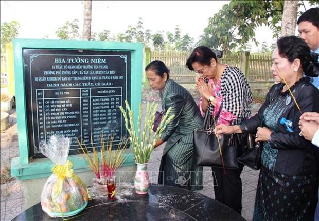 越南与柬埔寨妇女代表团上香缅怀遭波尔布特军杀害的无辜平民 hinh anh 1