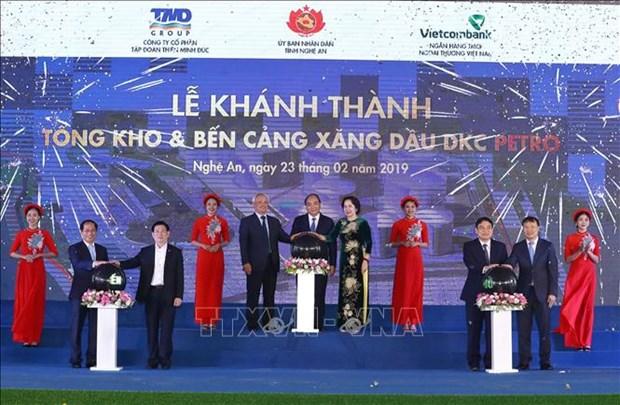 越南政府总理阮春福出席DKC汽油和油类产品仓库和码头工程竣工仪式 hinh anh 1