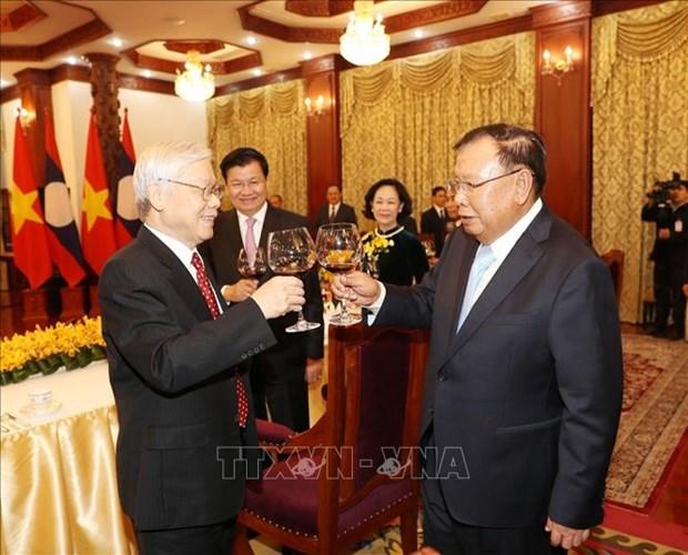 老挝领导人为阮富仲一行举行招待宴会 hinh anh 1