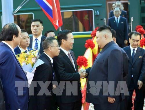 朝鲜最高领导人抵达同登火车站 开始越南之行 hinh anh 2