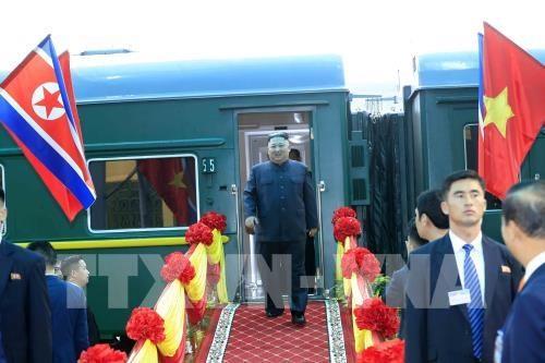 朝鲜最高领导人抵达同登火车站 开始越南之行 hinh anh 1