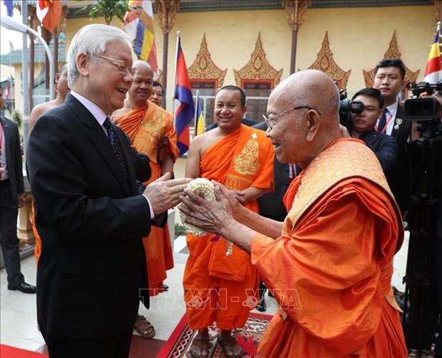 阮富仲看望慰问柬埔寨佛教大众部僧王德旺和佛教法宗派宗长大僧王布尔格里 hinh anh 1