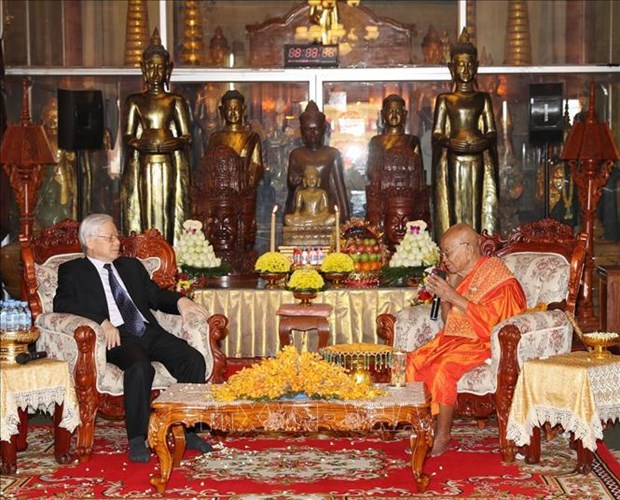 阮富仲看望慰问柬埔寨佛教大众部僧王德旺和佛教法宗派宗长大僧王布尔格里 hinh anh 2