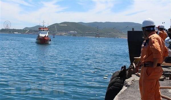 庆和省紧急将海上遇险菲律宾船员送往陆地医院接受治疗 hinh anh 1
