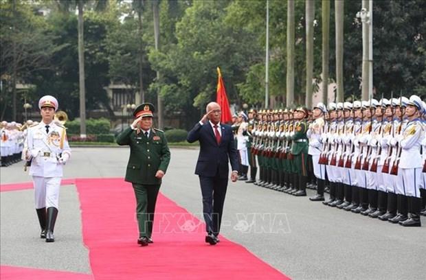 菲律宾国防部长洛伦扎纳对越南进行正式访问 hinh anh 2
