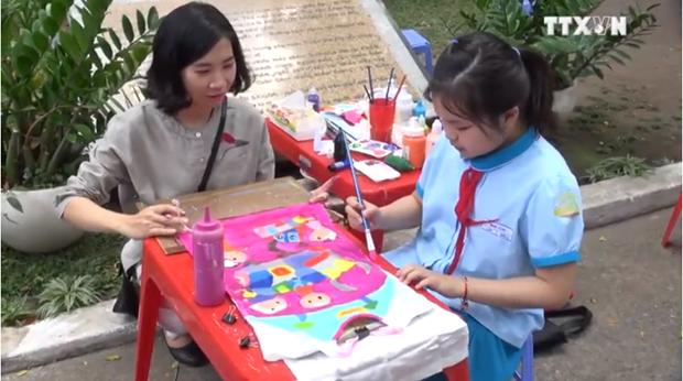 青年儿童通过绘画活动体现对传统奥黛之爱 hinh anh 1