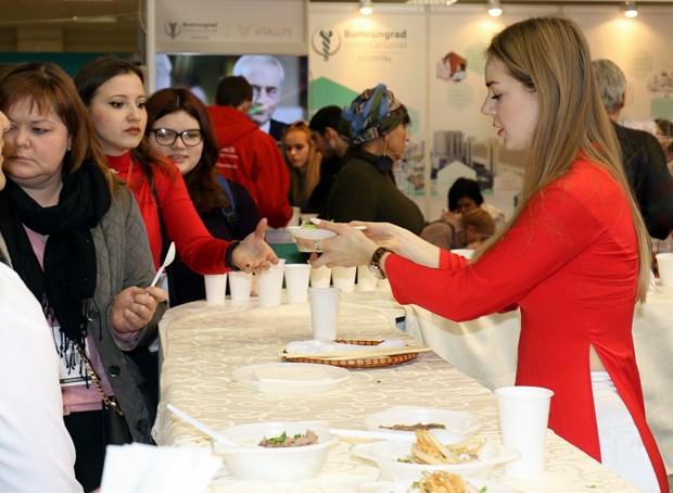 越南在莫斯科国际旅游展上推介越南特色美食 hinh anh 1