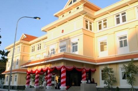 越南驻柬埔寨大使馆看望慰问越裔柬埔寨贫困家庭 hinh anh 1