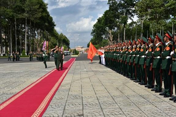 老挝人民军高级政治干部代表团探访越南第九军区 hinh anh 1