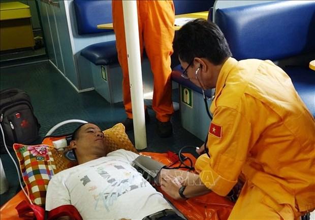 紧急将海上遇险外国船员送往医院接受治疗 hinh anh 1