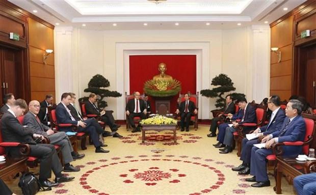 越共中央经济部部长阮文平会见德国联邦经济和能源部长阿尔特迈尔 hinh anh 1