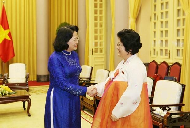 越南国家副主席邓氏玉盛会见朝鲜越南友好协会代表团 hinh anh 2