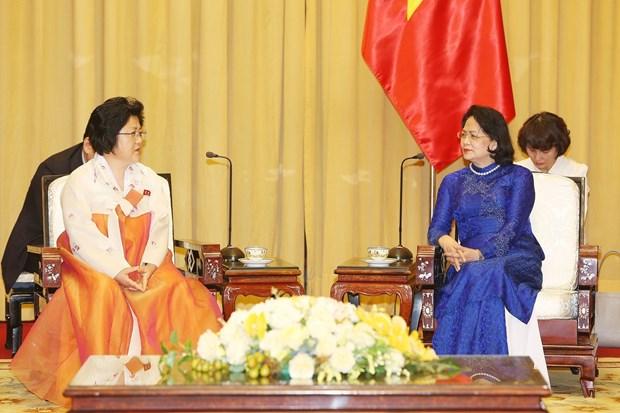 越南国家副主席邓氏玉盛会见朝鲜越南友好协会代表团 hinh anh 1
