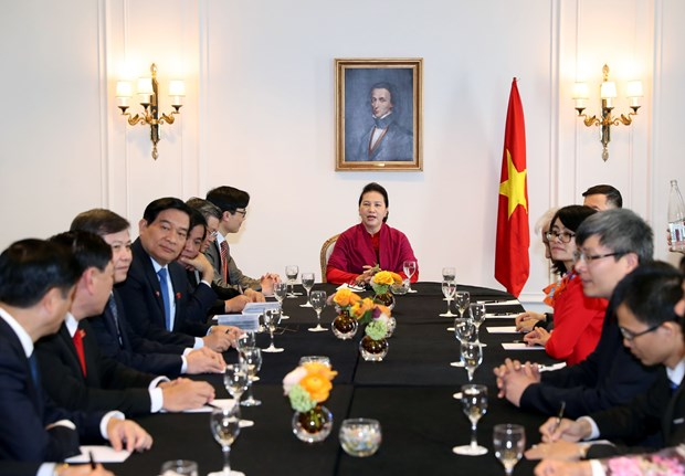 阮氏金银与越南全球领导者论坛组委会举行会面 hinh anh 1