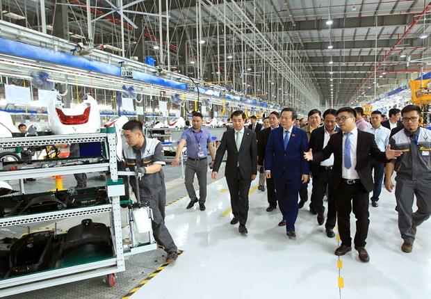 越南国会副主席冯国显视察海防市沥县国际港口和参观VinFast生产厂 hinh anh 1