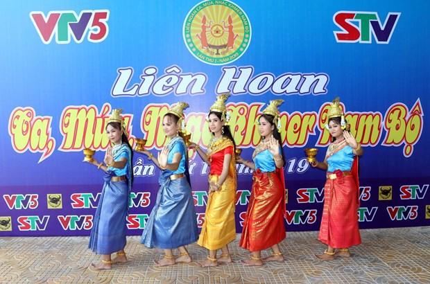 2019年第一届南部高棉族唱歌、舞蹈和音乐表演比赛正式开幕 hinh anh 1