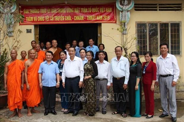 越南祖国阵线中央委员会代表团向后江省高棉族同胞拜年 hinh anh 2
