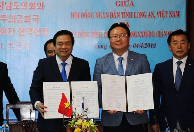越南隆安省与韩国忠清南道签署合作协议 hinh anh 1