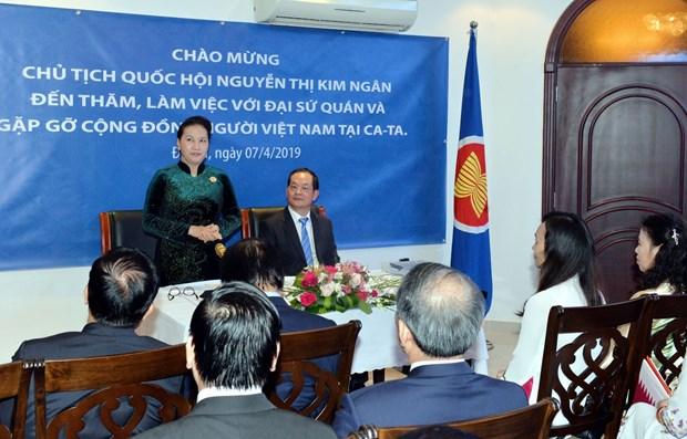 国会主席阮氏金银走访慰问越南驻卡塔尔大使馆工作人员 hinh anh 2