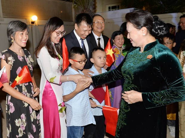国会主席阮氏金银走访慰问越南驻卡塔尔大使馆工作人员 hinh anh 1