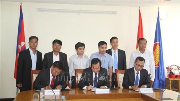 越南与柬埔寨各所大学加强人力资源培训合作 hinh anh 1