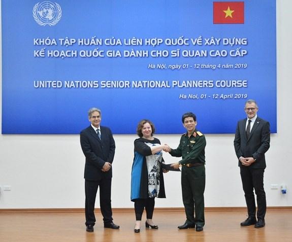 联合国维和行动规划管理高级培训班在河内闭幕 hinh anh 1