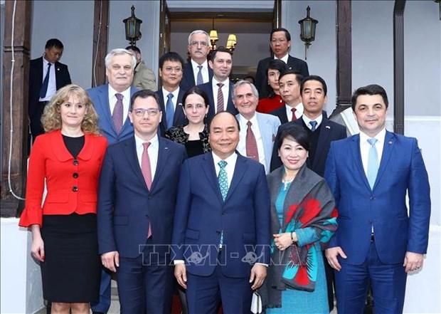 政府总理阮春福访问罗马尼亚普拉霍瓦省 接见越南驻罗大使馆工作人员 hinh anh 1