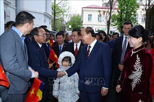 政府总理阮春福访问罗马尼亚普拉霍瓦省 接见越南驻罗大使馆工作人员 hinh anh 2