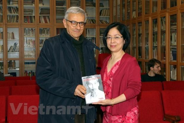 胡志明主席选集意大利文版在意大利罗马出版发行 hinh anh 2