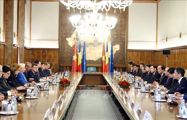 政府总理阮春福与罗马尼亚总理登奇勒举行会谈 hinh anh 1