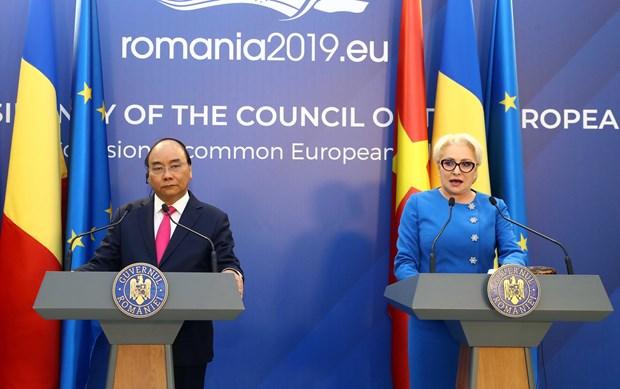 阮春福与罗马尼亚总理登奇勒共同会见记者 hinh anh 1