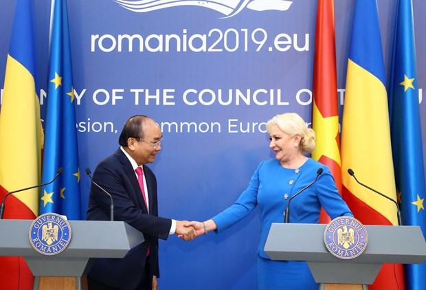 阮春福与罗马尼亚总理登奇勒共同会见记者 hinh anh 2