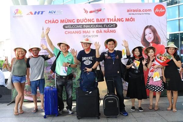 亚洲航空从泰国直飞岘港首个航班的游客来到中部各省参观旅游 hinh anh 1