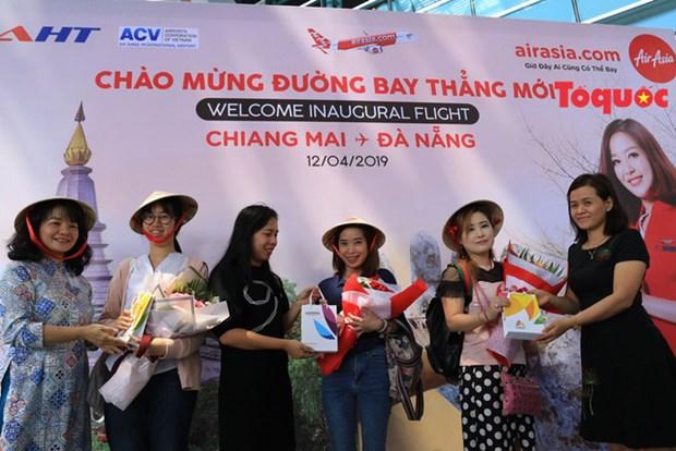 亚洲航空从泰国直飞岘港首个航班的游客来到中部各省参观旅游 hinh anh 2