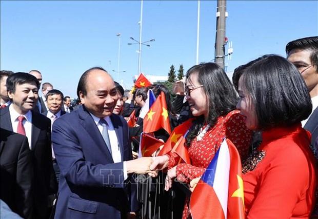 政府总理阮春福抵达布拉格开始对捷克进行正式访问 hinh anh 1