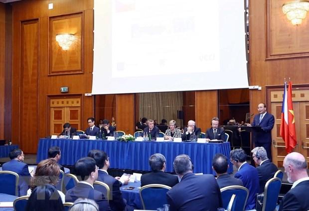 越南与捷克两国总理共同主持越捷两国企业论坛 hinh anh 1