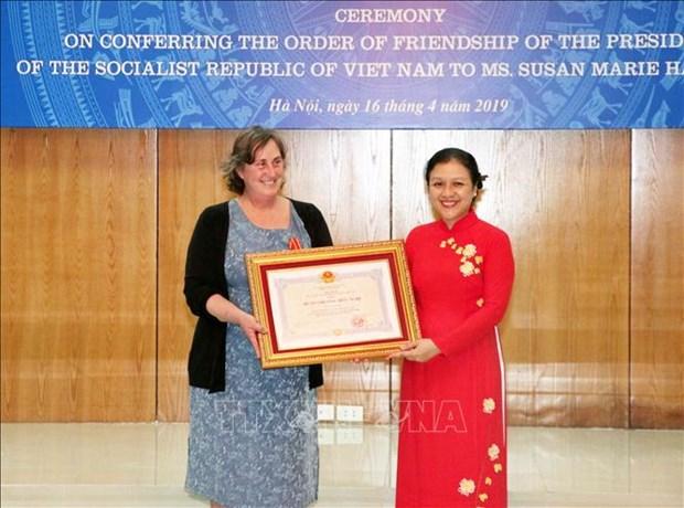 为越南橙毒剂受害者提供积极援助的一名美国女人荣获越南友谊勋章 hinh anh 2
