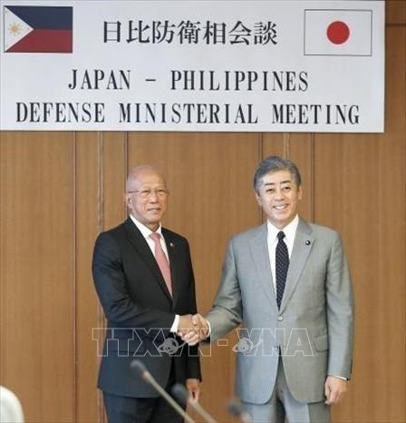 日本与菲律宾承诺推动防务合作 hinh anh 1