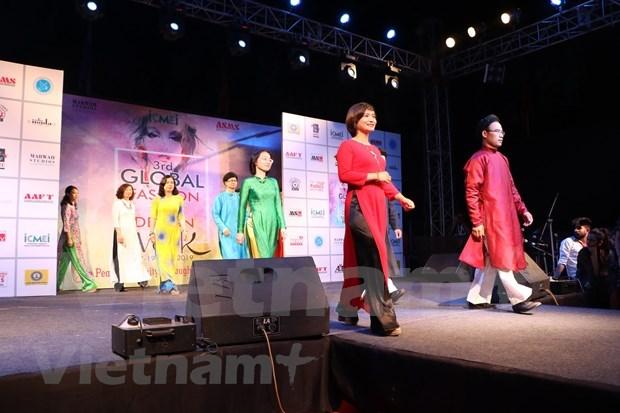 越南奥戴亮相印度全球时装设计周 hinh anh 1