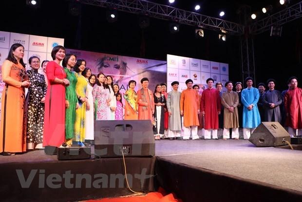 越南奥戴亮相印度全球时装设计周 hinh anh 2