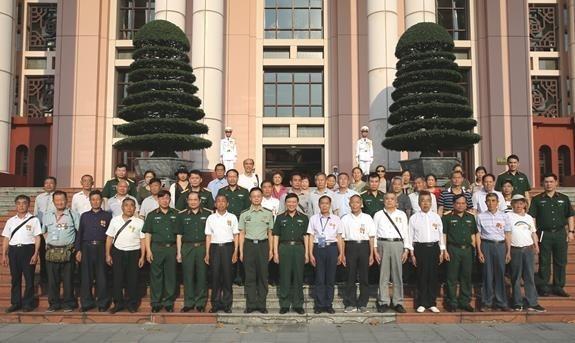 越南人民军总政治局领导会见中国援越老战士和烈士亲属代表团 hinh anh 1